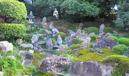 庭園の左手奥には『弥陀三尊』があります。